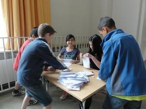 Akkordarbeit beim Papiertuetenspiel in der 6b
