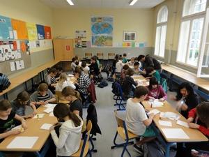 Projekttag 'Kinderarbeit' 2012 - 2 - falten der papiertüten