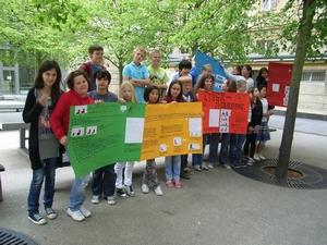 Klasse 5c mit Plakaten zum Internetprojekt