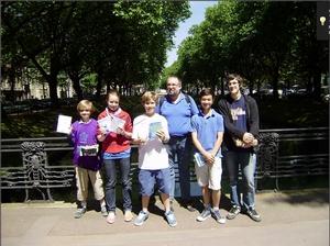 Die Preisträger des Wettbewerbs 'Känguru der Mathematik 2011' mit Herrn Gladtfeld
